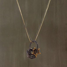 PEBBLE AND CROWN NECKLACE